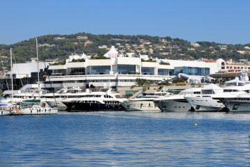 Le Palais des Festivals vu du port à Cannes